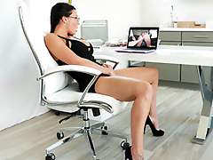 Enchase Rachel Starr masturbates while watching XXX clip at work